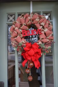 christmas-wreaths-made-from-burlap